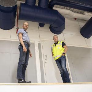Lappeenrannan kaupungin kahityspäällikkö Markku Mäki-Hokkonen ja Lappeenrannan toimitilat Oy:n lvi-insinööri Seppo Kylliäinen.