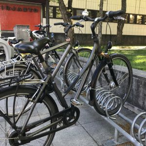 Pyöriä parkissa Mikkelin kaupunginkirjaston edessä.