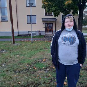 Pojke utanför skola.