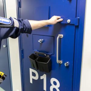 Vartija avaa putkan ovea.