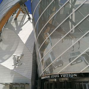 Fondation Louis Vuitton konserttitalon sisäänkäynti.