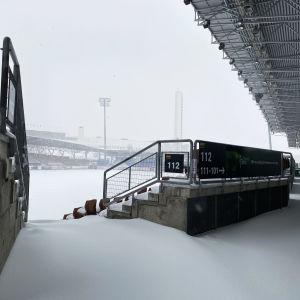 Snö på Tölö fotbollsstadion.