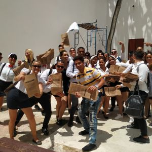 Iso ryhmä kuubalaisia opiskelijoita, käsissään ruskeita paperipusseja.