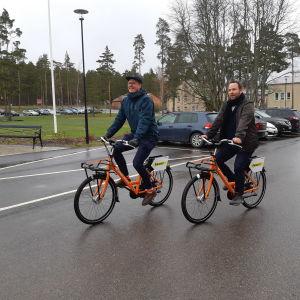 Ville Vuorelma och Aleksanteri Repo cyklar på Raseborgs stads första stadscyklar.