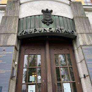 Mikkelin kaupungintalon sisäänkäynti.
