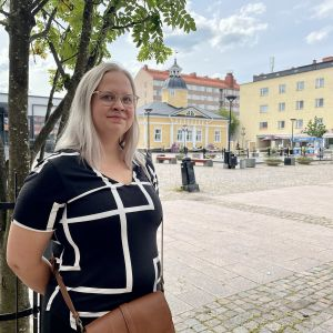 Kajaanin somelähettiläs Piia Rautakorpi Kajaanin Raatihuoneentorilla.