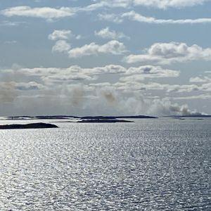 Jungfruskär i brand, rök syns på långt avstånd