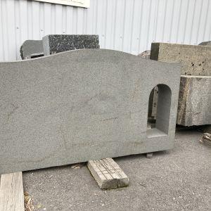 Kuvassa hautakivi, jossa on paikka lyhdylle