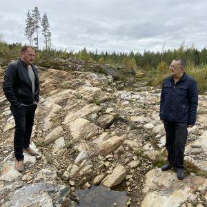 """Seinäjokelainen sijoittaja Petri Ylinen ja soinilainen harrastaja Jorma Rinne kallion eli """"kultasuonen"""" päällä."""