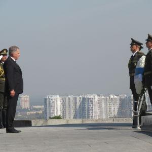 President Niinistö och tre soldater.