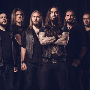 Metalliyhtye Amorphisin kuusi miespuolista jäsentä yhteiskuvassa.