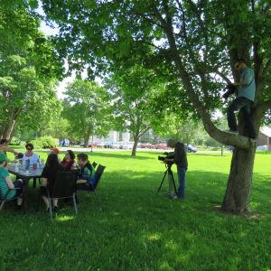 Kaksi kuvaajaa kuvaa pöytäseuruetta, toinen kuvaaja kuvaa puussa.