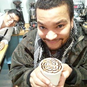 Joonatan Cafeoria Roasteryssä. Taustalla Ivan Ore