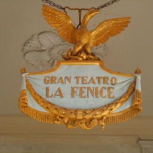 Ingången till  La Fenice i Venedig