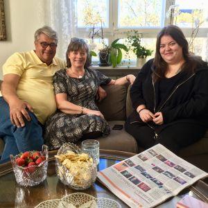 familjen Jante, Pigge och Elin Söderholm sitter i en soffa.