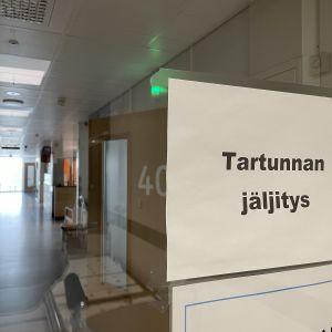 Kajaanin keskussairaalan koronatartunnan jäljityksen osaston ovet ja kyltti tartunnan jäljityksestä.