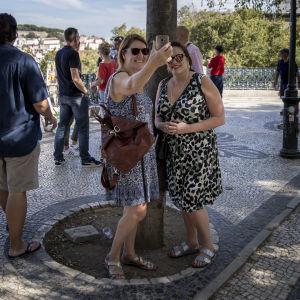 Merja Sandberg (t.v.) och Mari Lassinharju semestrar i höstvarma Lissabon. Sällskapet har ordnat sitt boende via tjänsten Airbnb.