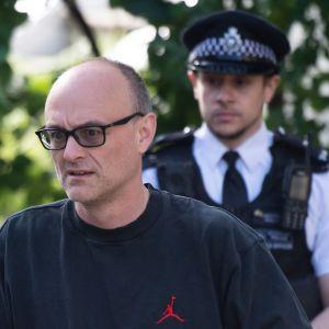 Johnsons rådgivare Dominic Cummings då han lämnade sitt polisövervakade hem i norra London idag, torsdag.