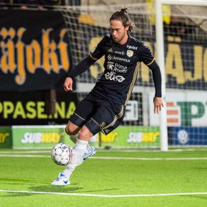 Vahid Hambo med bollen i en match för SJK