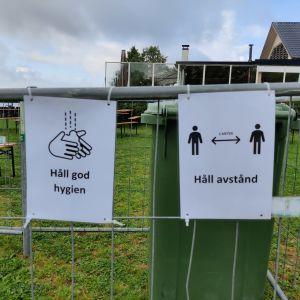 Två skyltar om att man ska hålla god handhygien.