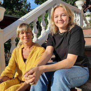 Elin Stråhlmann, årets student, tillsammans med mamma Ulrica.