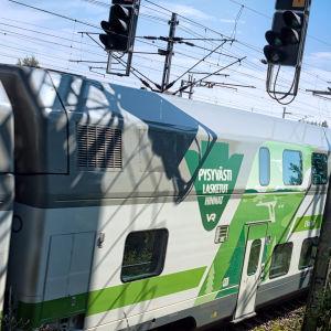 Intercitytåg i vitt och grönt.