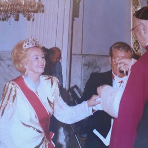 Hilkka Kinnunen lyödään Maltan ritariksi Roomassa 1989.