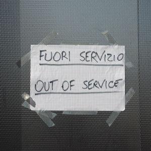 """Skylt som säger """"ur funktion"""" på italienska och engelska."""
