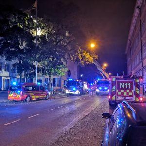 Flera brandbilar med blåljusen på utanför Kåren i Åbo.