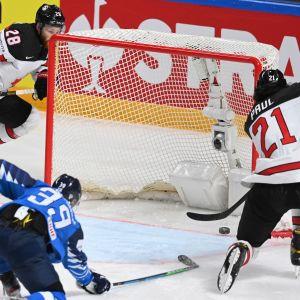 Kanadan Nick Paul laittoi kiekon tyhjään maaliin jatkoerässä.