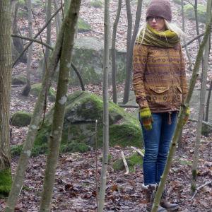 Tuhkimotarinoiden Nanna kävelyllä metsässä