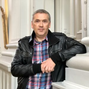 Thomas Nilsen poserar på bild i G18-salen