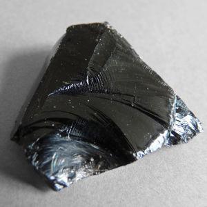 Närbild av bergarten obsidian.