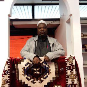 Imamen Abdifatah leder fredagsbönen.