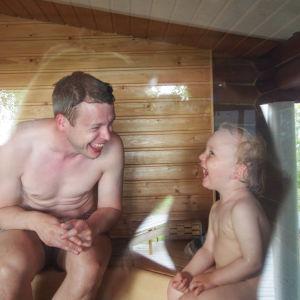 Tyttärenpoikani Oskar ja vävyni John kesämökin saunassa - yhteinen onni on sanoinkuvaamaton!