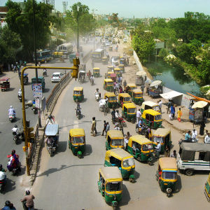 Intian liikenteessä on paljon kaksi- ja kolmipyöräisiä ajoneuvoja