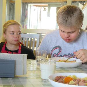Linda ja hänne veljensä ruokapöydässä