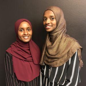 Två unga kvinnor med hijab.