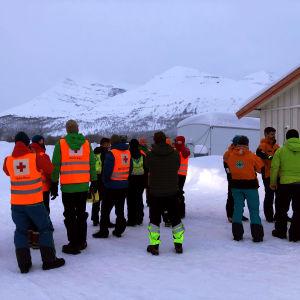 Räddningspersonal vid Blåbärsfjällets fot.