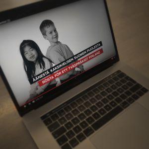 Bild på en datorskärm där reklamen visas. I den här videon medverkar två barn.