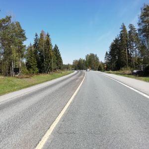 En bil kör på stamväg 51 i Ingå.