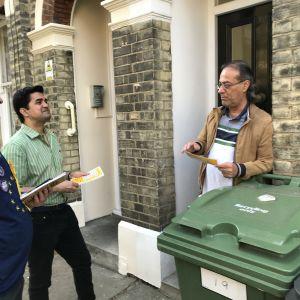 Kandidaterna Graham Colley (t.v.) och Hussain Khan knackar dörr i stadsdelen Vauxhall. Invånaren Riz Gary är tveksam.