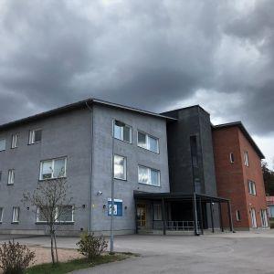 Harjurinteen koulu just före ett oväder i maj.