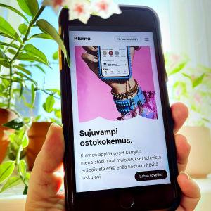 Klarnan verkkosivu älypuhelimen näytöllä kuvattuna.
