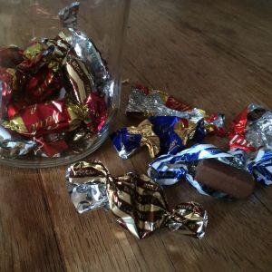 suklaakarkkeja ja karkkipapereita