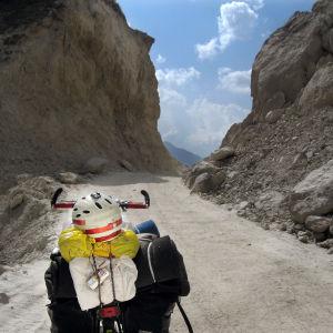 Matti Rämön polkupyörä Himalajan vuoristotiellä