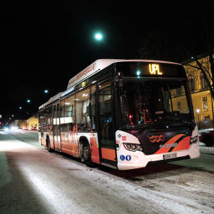 Wasa Citybus buss står parkerad utanför Rewell Center i Vasa en januarikväll.