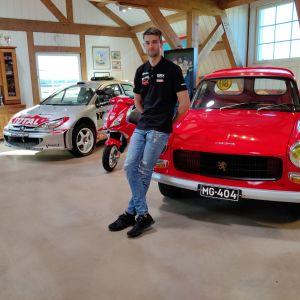 Niclas Grönholm i rallymuseet i Rådkila i Ingå.