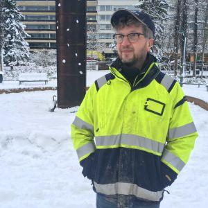 Marko Pesu seisoo Kotkan Sibeliuksenpuistossa