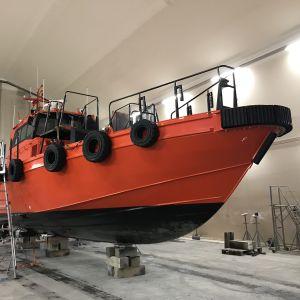 Lotsbåt i hall